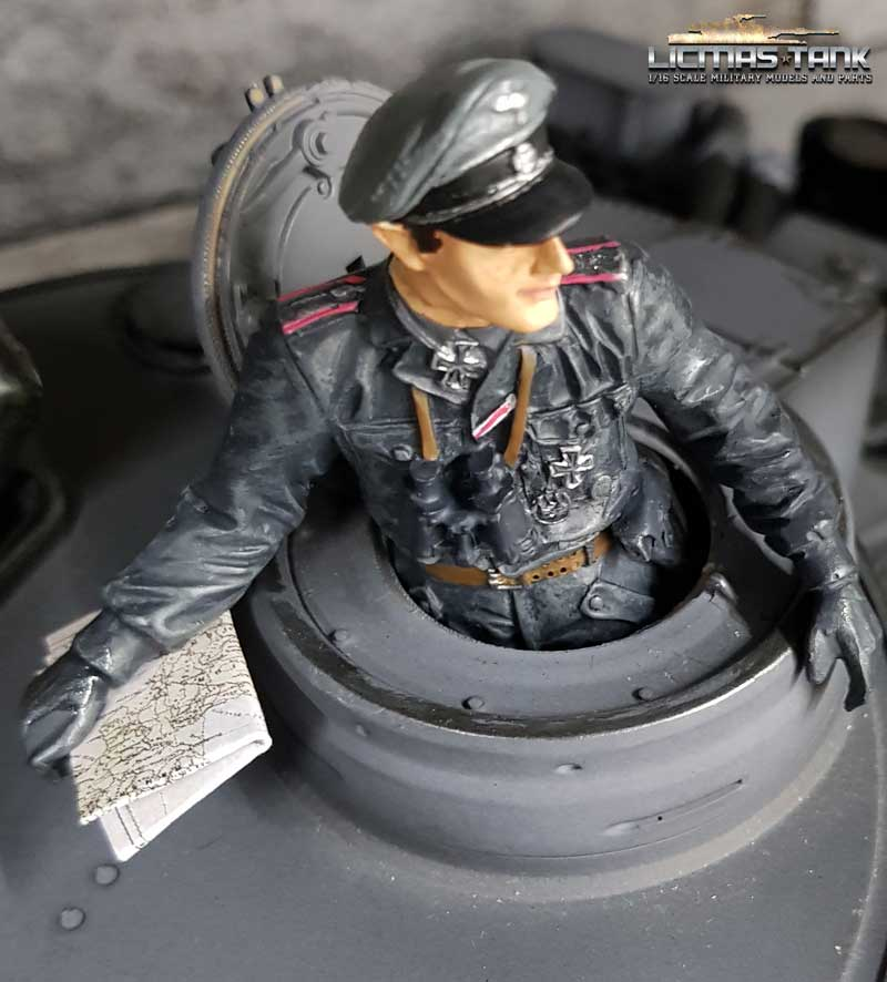 licmas-tank F1007 Tank Commander with map in hand