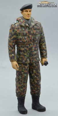 Figure Soldier Tank Division Bundeswehr Camouflage standing with beret handpainted 1:16