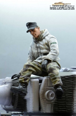 1/16 figure German tank crew Wehrmacht winter soldier sitting with splinter camo pants WW2