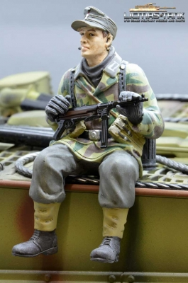 Figure Soldier WW2 splinter pattern German Tank Rider MP40 shooter Wehrmacht handpainted 1:16 licmas-tank