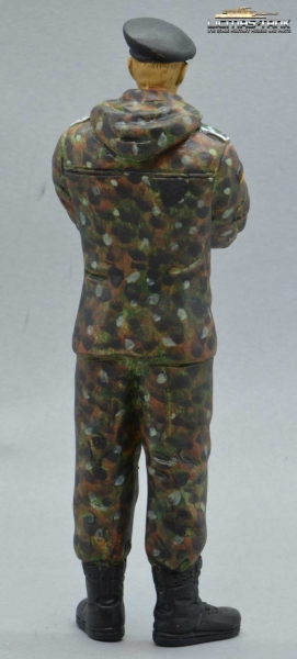Figure Soldier Tank Division Bundeswehr Camouflage standing arms crossed with beret handpainted 1:16