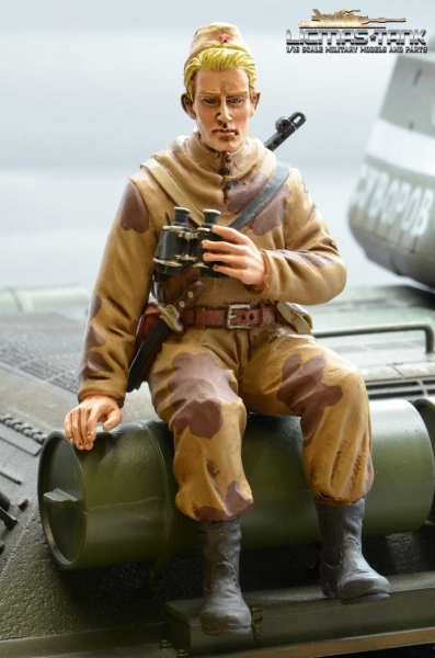 Figure Soldier WW2 Russian Scout with binoculars Tankrider Amobea Pattern brown 1:16