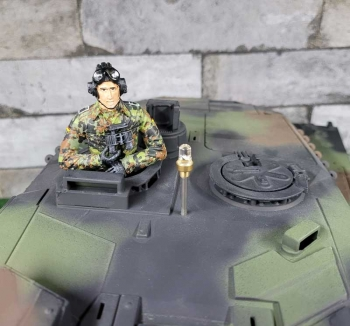 1/16 figure Bundeswehr tank crew flecktarn with field glasses
