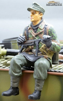 defective 1/16 Figure Soldier WW2 pea pattern German Tank Rider MP40 shooter Wehrmacht handpainted